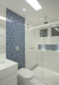 A pastilha azul dá um toque especial e moderno no acabamento deste banheiro. Gostou?! https://www.homify.com.br/livros_de_ideias/75393/10-exemplos-de-pastilhas-para-banheiros