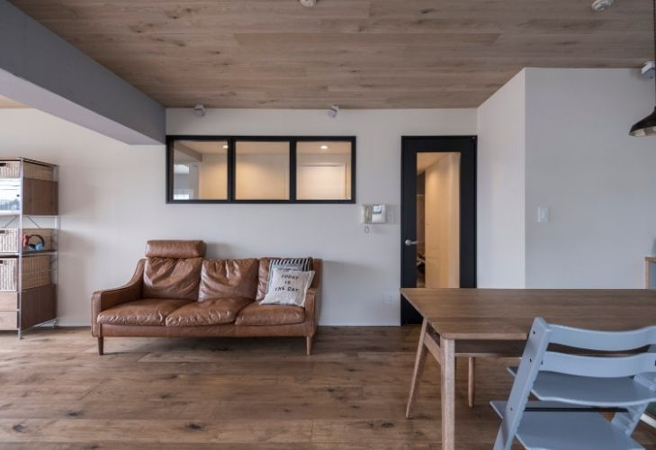 室内窓の先にあるのは 個室に面した廊下 空間に広がりと明るさを