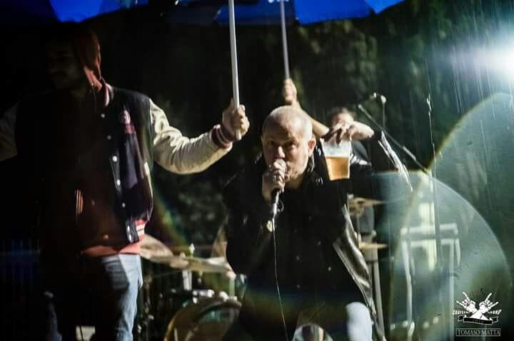 Metal and beer under the rain #metal #metallo #metalloitaliano #power #powermetal #heavymetal #nomaneyes #headbangers #heavymetalsinger #metalheads #x_metalheads_x #metalbands #heavymetalbands #metalgods #bands #BAND #singer #rocksinger #heavysinger #cosmogony #diamondsprod #metalband #metalmusic #metalero