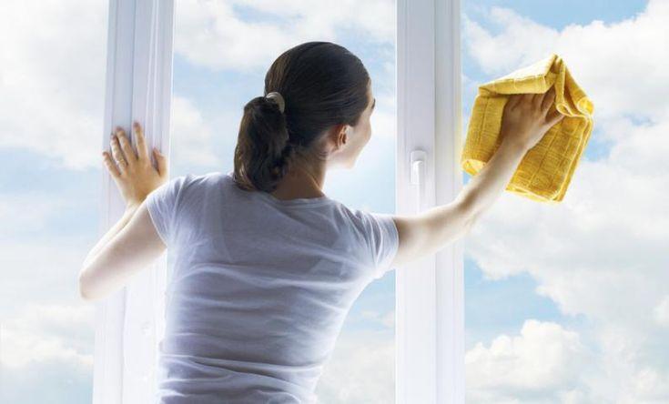Allá por la década de los '90, el amoníaco estuvo muy de moda en productos de limpieza para el hogar.Sin embargo, poco a poco fue cayendo en desuso y hoy se utiliza más como un ingrediente en todo tipo de limpiadores, que en su estado puro para limpiar.Sin embargo, el hecho de que haya perdido popularidad no sign