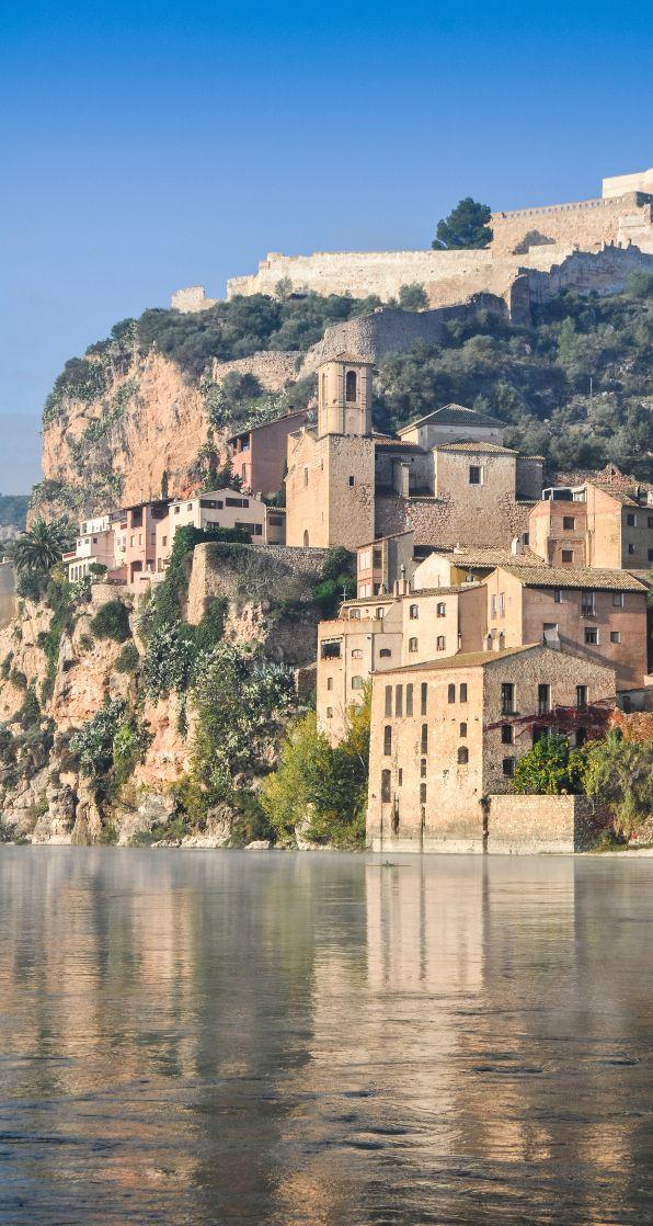 Tarragone, ville catalane où il fait bon passer quelques jours, pour se balader et profiter de l'été indien espagnol. Cette destination, idéale pour passer le week-end, regorge de lieux à visiter et de bonnes adresses. Venez les découvrir !