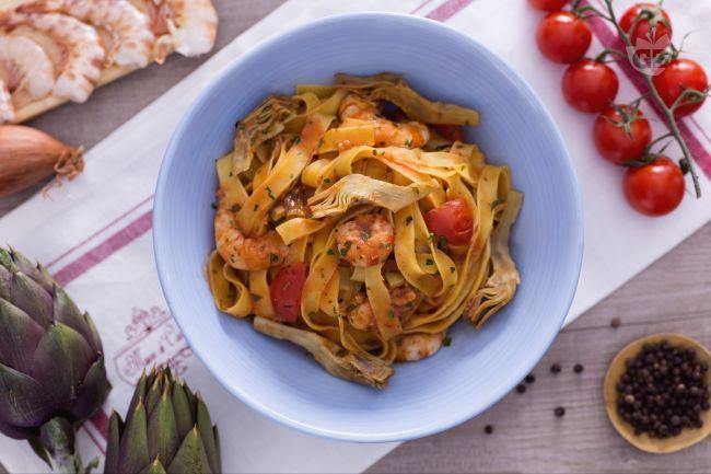 Le fettuccine con carciofi e code di gambero sono un primo piatto sfizioso e colorato perfetto per i menu di stagione.