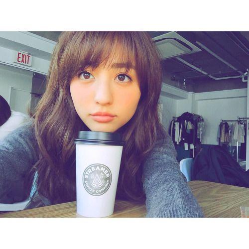 コーヒーに顎を載せている堀田茜