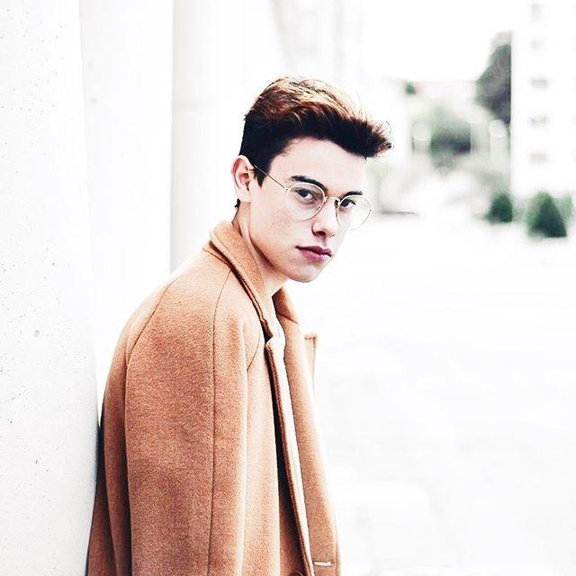 Basic daily lookbook ••• Un lookbook que utilizo día a día, jersey de terciopelo azul cielo combinado con un pantalón jogger de terciopelo azul cobalto contrastado con un abrigo camel. Dando un toque diferente con las gafas que están super de moda!! // #bakealvarolooks  Photographer @damnoutsider_