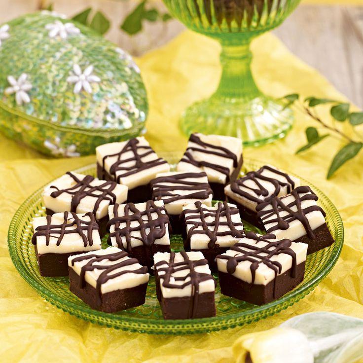 Ringla smält choklad över tryfflarna.