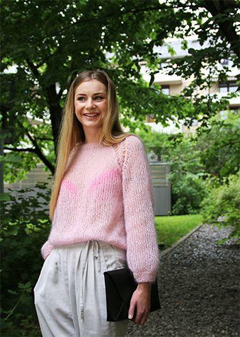 En rosa drøm av en genser. Strikket med dobbel tråd silk mohair på tjukke pinner er denne genseren både luftig, mjuk og elegant.