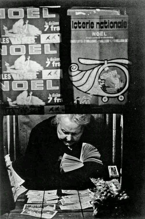 photos-de-france:Jean Dieuzade - La vendeuse de tickets de loterie, 1960.