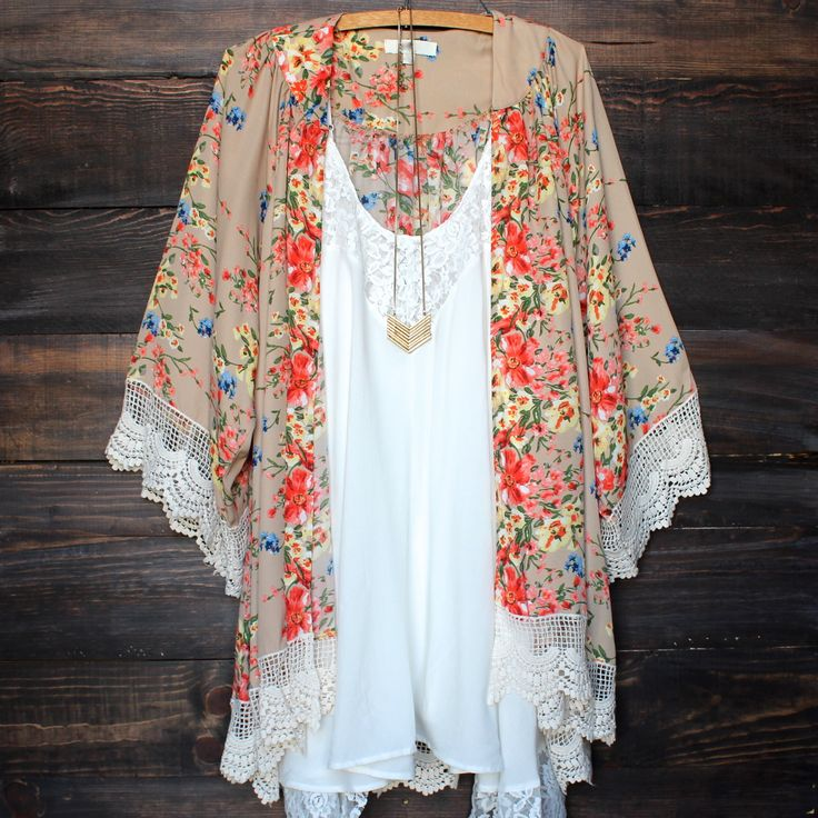 Love this floral printed kimono! Look at the lace! I love the details!!! Send me one, please!