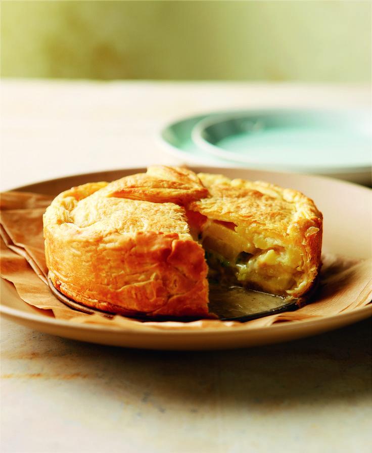 Μια μεγαλόπρεπη, πληθωρική πίτα με ζύμη σφολιάτας και γέμιση από πατάτες και δύο τυριά. Φυσικά εκτός από εμφάνιση διαθέτει και απίθανη γεύση