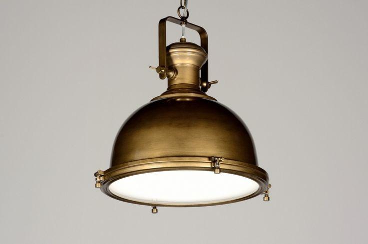 """hanglamp 87308: Nostalgie ten top! Mooie, landelijke, industriële hanglamp van metaal, uitgevoerd in klassiek """"brons"""". Over de bronskleur zit een glanzende laklaag. Hierdoor krijgt de lamp een rijke uitstraling! Aan de onderkant zit een mat glazen plaat bevestigd. Hierdoor wordt het licht mooi verdeeld en is er geen hinderlijke inkijk aanwezig. De lamp hangt met een ketting aan de plafondkap."""