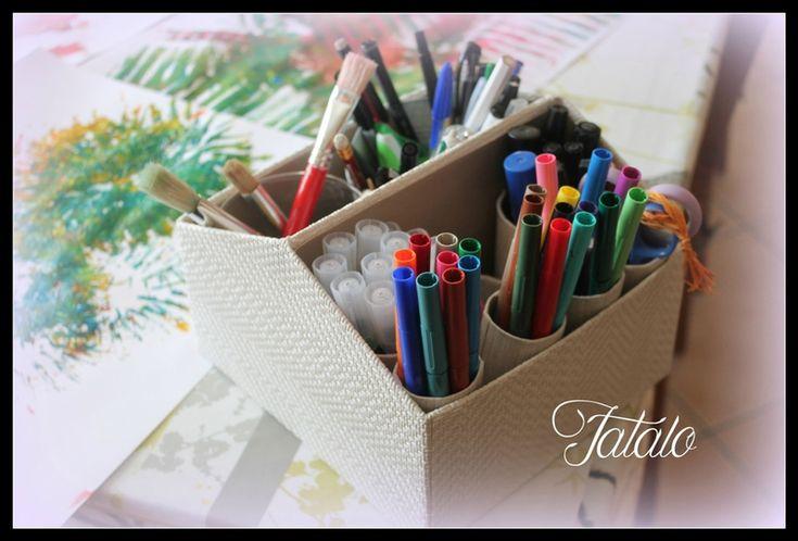 Organisateur de bureau ou de petit outillage fait avec une boite à chaussures pliée en 2, recouverte de papier et garnie de tubes de rouleaux de papier toilette - tutoriel