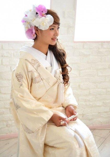 春カラーのお花x女性らしいサイドダウン♡ 白無垢に合う春らしい髪型まとめ。