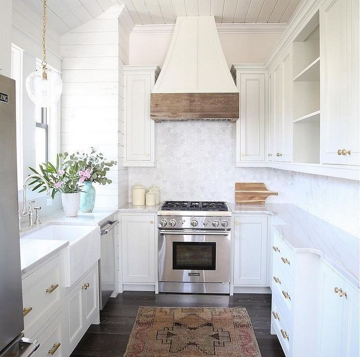 Kitchen Cabinet Features: Kitchen Inspo: This Kitchen Might Be Small But It's Very Functional. It Features A Great Layout