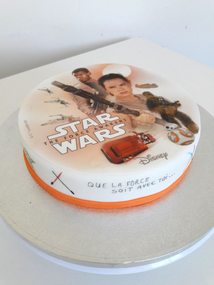 Voici une recette facile pour faire un gateau Star Wars stylé. Décoration en pate à sucre et disque azyme Star Wars 7. Que la force soit avec toi !