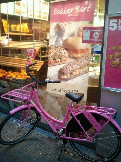 Mijn eigen foto. Ik vond de roze fiets die voor Bakker Bart stond zo leuk.