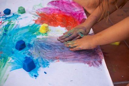 Pintar con hielos es un clásico de las actividades artísticas veraniegas en todos los blogs. Lo habíamos intentado ya pero siempre con acuarelas o colorantes. Tengo el recuerdo de Lola chiquitita saboreando los hielos de colores. Pero nunca habíamos ...