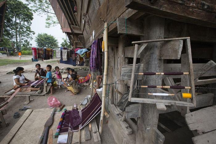 Best People category  Weaving ulos at Lumban Suhi-suhi village. (photo by Aung Pyae Soe)