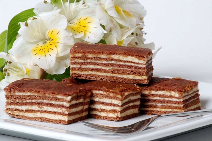 Prăjitura Doboş. Este nelipsită de pe masa de Crăciun. Se face usor, iar gustul ei este de neuitat - Delicioase.com