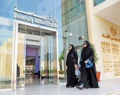 """Saoedi's woedend Duizenden Saoedi's hebben online hun woede betuigd omdat universiteitsambtenaren weigerden mannelijke paramedici toe te laten bij een studente die tijdens college een hartaanval kreeg. Amna Bawazeer, masterstudente op het """"College of Social Studies"""" aan de """"King Saud University"""" in de hoofdstad Riyadh, werd om 11 uur in de morgen getroffen door een hartaanval tijdens het vrouwencollege, waar ze de laatste hand legde op haar cursusschema voor het tweede semester."""