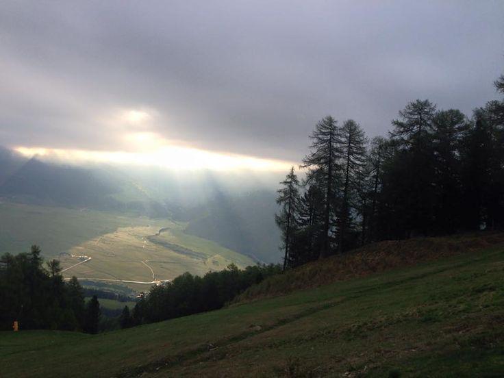 Im Vinschgau durchbricht die Sonne den bedeckten Himmel, ein wunderschönes Naturschauspiel