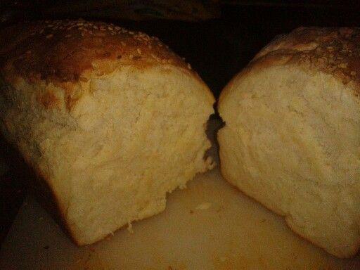 PAIN DE MIE 250 ml d'eau 20 ml d'huile et tournesol 6 g de sel 10 g de sucre 10 g de lait en poudre écrémé 455 g de farine T 55 3 g de levure boulangère sèche Dans la cuve mettre les ingrédients Programme P1 avec les 40 min de lever façonner le pain et le mettre dans un petit moule a cake laisser gonfler1h 30 en couvrant d'un torchon ou mettre au four 45 min  préchauffer le four a 200°C laisser cuir 20 min Pour ce qui n'ont pas de robot cette recette fonction dans la machine a pain il suffit…