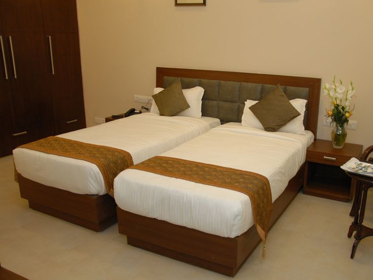 Red Maple Luxurious private Accommodation in Delhi, New Delhi Bed And Breakfast is located in posh South Delhi Residential area – Amrit Nagar.