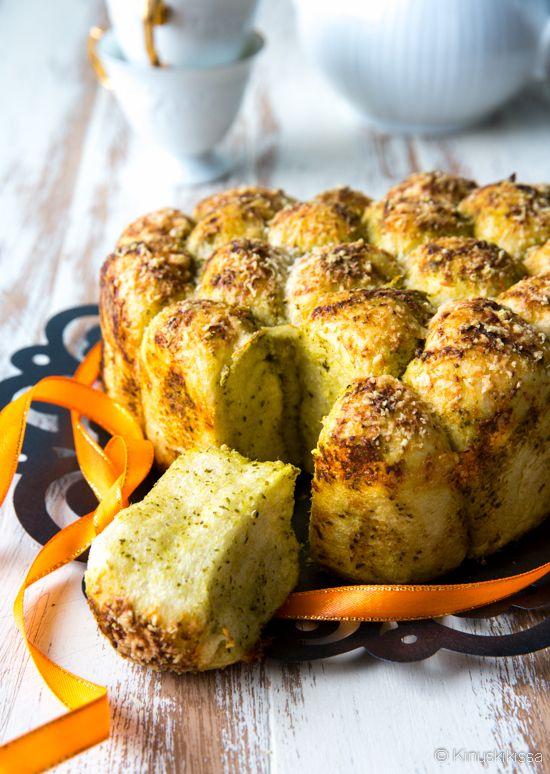 Pull-apart-leipä valmistetaan siten, että siitä saa helposti repimällä eroteltua sopivia annospaloja. Tässä reseptissä taikinapallot pyöritellään pestossa, joka maustaa ja estää palloja takertumasta toisiinsa paiston aikana.