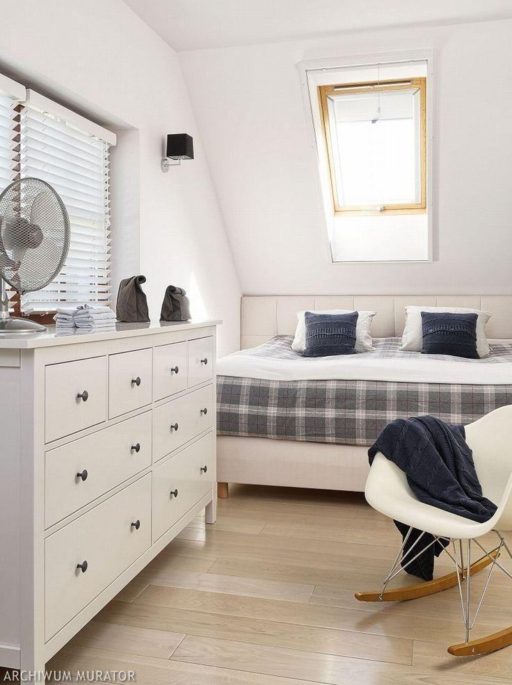 W sypialni na poddaszu jest dużo światła, bieli i drewna. W projekcie sypialni wnętrze połączono z łazienką, dzięki czemu jest funkcjonalne i wygodne. Aranżacja sypialni z łazienką na poddaszu stworzyła przytulne miejsce na wypoczynek i kąpiel pod gwiazdami.