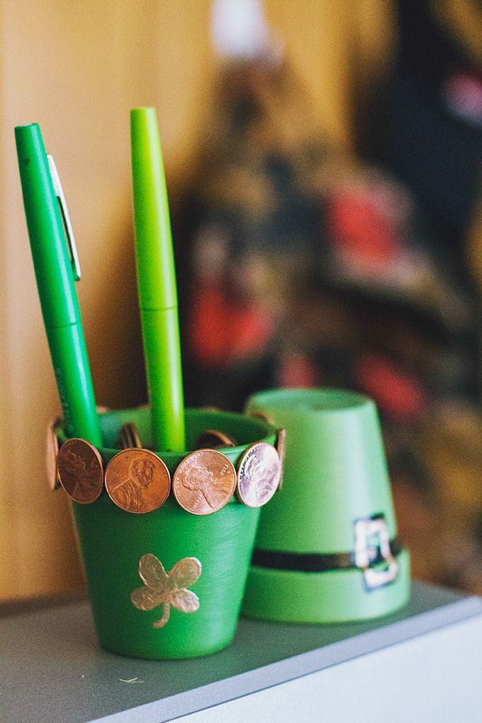 Looking for some St Patricks Day crafts for kids? This lucky penny craft is so cute and super easy to do with the kids!