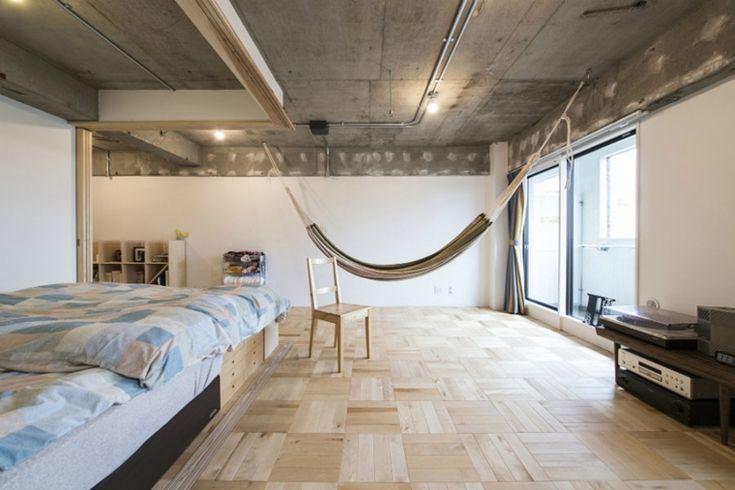 amaca sospesa in un camera da letto grande in stile industriale