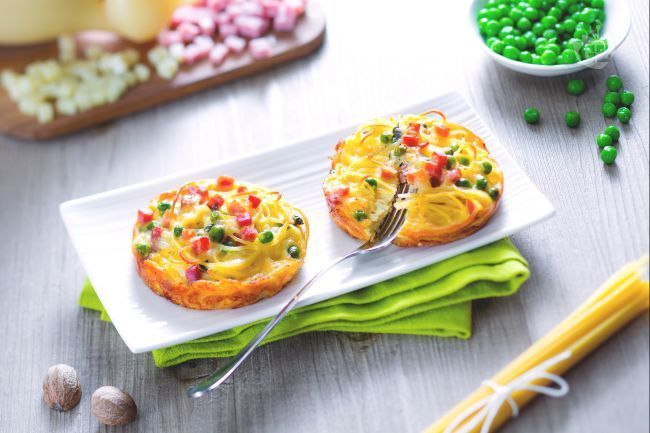 Le frittatine al forno di spaghettini sono una variante originale della classica frittata di pasta, una monoporzione ideale per un buffet.