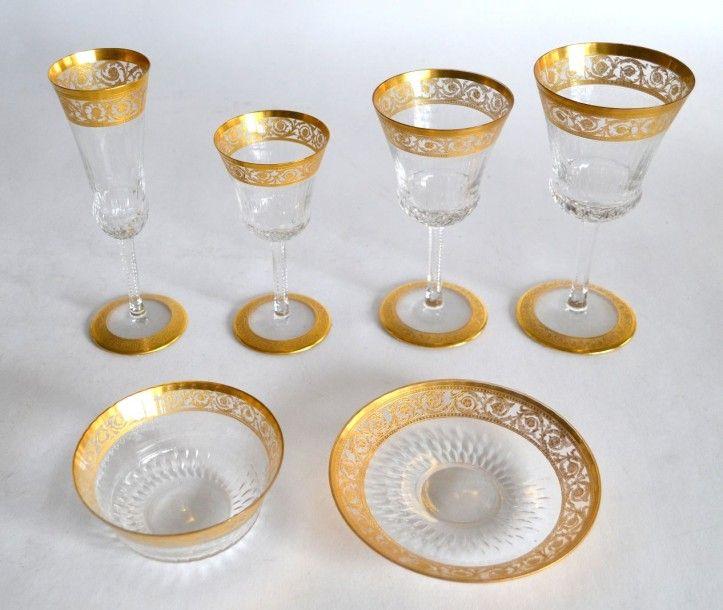 SAINT-LOUIS Partie de SERVICE de VERRE en cristal modèle Thistle, comprenant douze verres à vin rouge, douze verre à vin blanc, onze verres à eau, douze flûtes à champagne, onze rince-doigts, et deux… - Goxe-Belaïsch - 31/01/2016