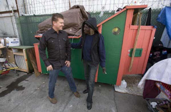Gregory Kloehn cria casas para desabrigados usando material retirado do Lixo