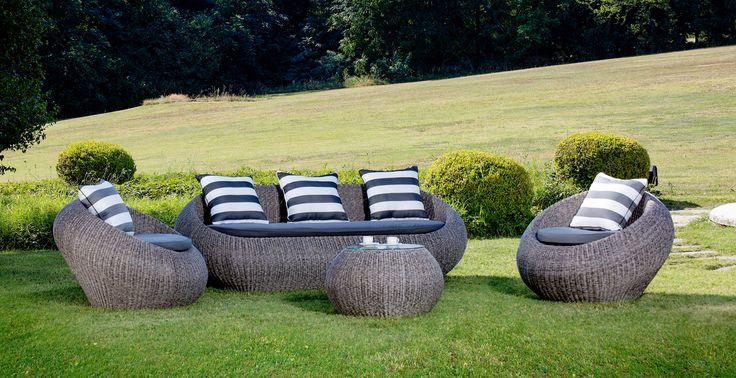 Affascinante divano 3 posti dalla linea dinamica, ricca di personalità. Perfetto sia per interno che per esterno, con il suo design innovativo e la forma molto dolce, conferisce all'ambiente leggerezza e armonia . Sono disponibili anche la poltrona e il tavolino abbinati (vd ACCESSORI). Realizzato in midollino sintetico color grigio, cuscino di seduta e 3 cuscini di schienale compresi.