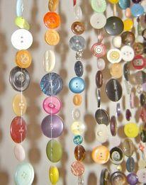 Fazer uma cortina de botões parece ser uma opção bem divertida para separar cômodos de uma casa. Aquelas cortinas feitas de miçangas de acrílico ou madeira são bem conhecidas e antigas, mas a escol...