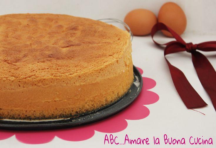 La Base per Torta Sofficissima è una ricetta base, molto simile al Pan di Spagna, ottima per torte multistrato. Una base alta, soffice, e leggera.