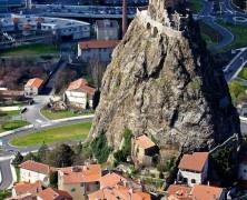 Puy-en-Velay, Francia. A Puy-en-Velay, in Francia, nel 950 è stata costruita La Cappella di San Michele d'Aiguilhe su una roccia vulcanica. Si può raggiungere salendo i 260 gradini laterali. Via cevapvar.com