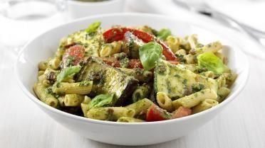 Verse pasta met geroosterde groenten en pesto     Warm de oven voor op 200°C.      Kook de pasta volgens de richtlijnen op de verpakking, zonder zout. Laat uitlekken.       Snijd de aubergine en paprika elk in 10 stukken en de courgette in 6 stukken.      Bestrijk de groenten lichtjes met de olijfolie en leg ze in een ovenschotel. Rooster ze gaar in 25-30 minuten. Draai ze tijdens het roosteren twee keer om. Geef er een draai over met de zwarte pepermolen.       Rooster ondertussen de…