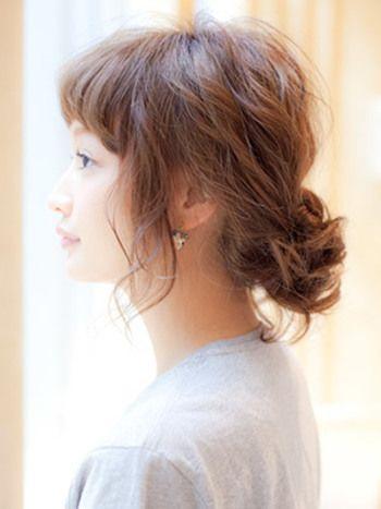 ゆるく結んだ毛先部分を、中に入れ込むだけの簡単スタイル。