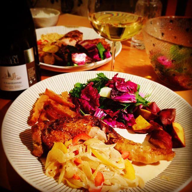 norinolita2016.2.19 昨夜はワンプレート晩ごはん。 メインは、staubで作った骨つき鶏もも肉のスパイシークリーム煮です。  スパイスを塗して焼きつけ、それを炒めた玉ねぎとともに白ワインで煮込み、生クリームで仕上げました。結構簡単なのに骨つきだとご馳走感がでるのが嬉しい  我が家の定番、ラングドックのシャルドネとともに  #instafood #yummy #delicious #foodie #foodporn #homecooking #cooking  #cuisinefamiliale  #onthetable #onmytable #lin_stagrammer #デリスタグラマー#おうちごはん#dinner #diner #夕ご飯 #晩ごはん #うつわ#日々#暮らし #野菜たっぷり #ワイン#晩酌#家呑み #cuisine #ストウブ #staub #ワンプレート #鶏 #chiken