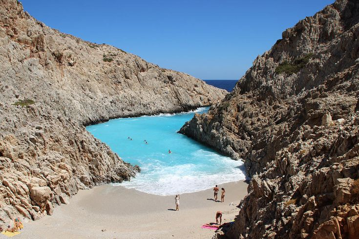 Αυτό το ελληνικό νησί σου προσφέρει μια μεγάλη γκάμα παραλιών για να μην ξέρεις ποια να πρωτοδιαλέξεις για τις βουτιές σου. Από την Αργυρώ Ντόκα