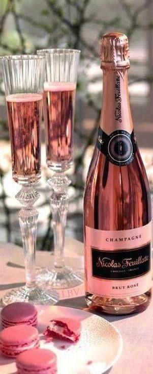 ~Rosé champagne avec macarons. Vie, c'est très belle, c'est vrais! | The House of Beccaria