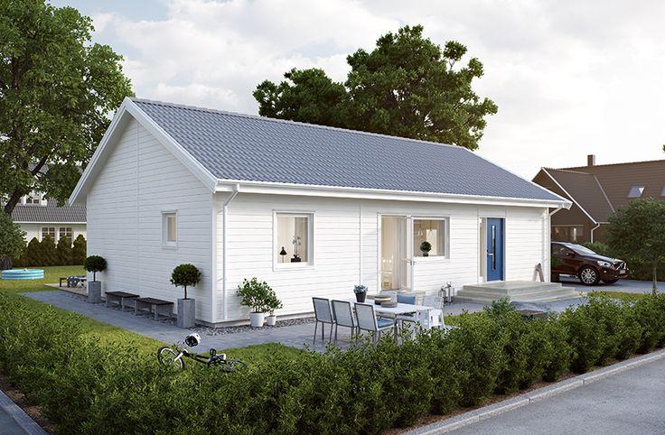 Villa Näsby är ett litet hus med många sängplatser. 1-plansvillan har en boyta på 94,9 m2 som fördelats på fyra rum. Det stora sovrummet ligger separat från de två mindre vilket ger föräldrar avskildhet. I huset finns det även ett rymligt kök i anslutning till vardagsrummet, plats för två badrum och ett flertal utgångar till trädgården. #smålandsvillan #villanäsby #hus #bygganytt #nybyggnation #inspiration #hustillverkare
