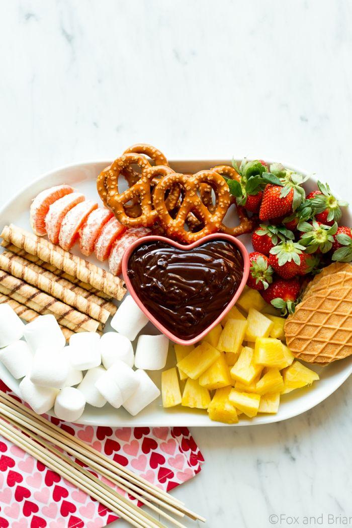 Effektvolle Gerichte für Ihre Party, Marshmallows, Früchte, Brezel und Schokolade, bunt und lecker