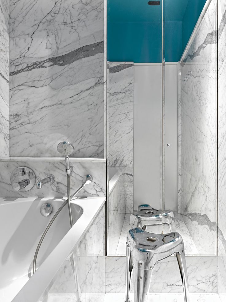 Ванная комната. Стены и пол выложены мрамором. Смесители, Hansgrohe. Цвет потолка архитектор называет «миланским бирюзовым».