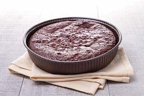 Βάζετε στο μπολ του μίξερ όλα τα υλικά για το κέικ και τα χτυπάτε σε μέτρια ταχύτητα μέχρι να γίνει μία ομοιόμορφη ζύμη. Απλώνετε τη ζύμη σε βουτυρωμένη φόρμα και ψήνετε αρχικά για 10'-15΄ στους 200 C και για άλλα 30΄στους 150 C. Αφήνετε το κέικ να κρυώσει. Ζεσταίνετε την κρέμα γάλακτος σε ένα κατσαρολάκι, προσθέτετε την Κουβερτούρα Γάλακτος και ανακατεύετε. Μόλις λιώσει η κουβερτούρα την κατεβάζετε από τη φωτιά,  προσθέτετε το Praline Dream, ανακατεύετε και αφήνετε το μίγμα να κρυώσει. Α...