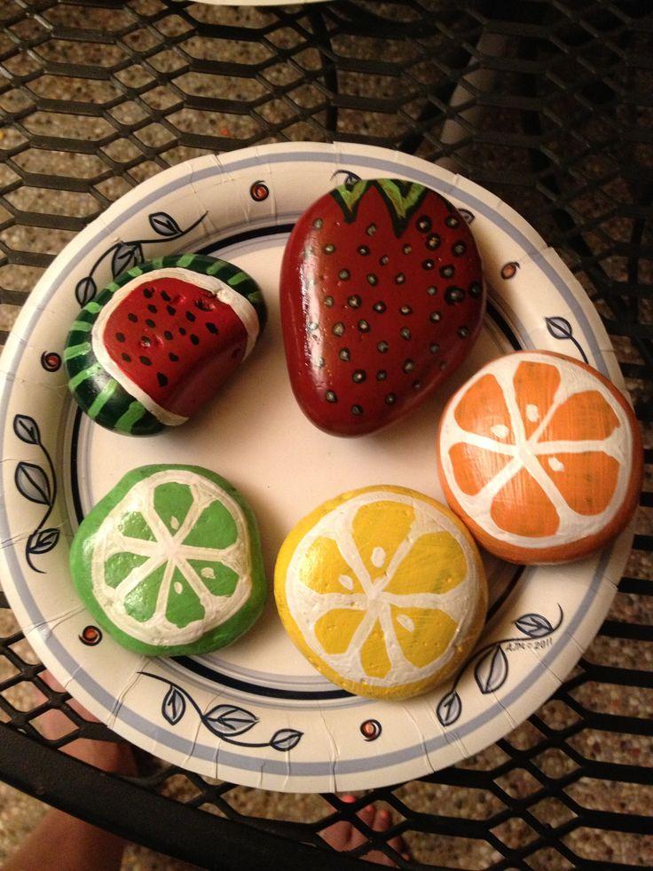 Piatto di frutta con pietre dipinte … More