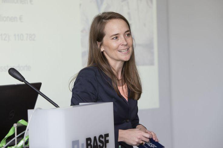 Dr. Stefanie Wettberg von Gastgeber BASF begrüßt die ...