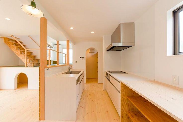 キッチン事例:対面式キッチン-奥はパントリー(『志和堀の家』スキップフロアのある家)