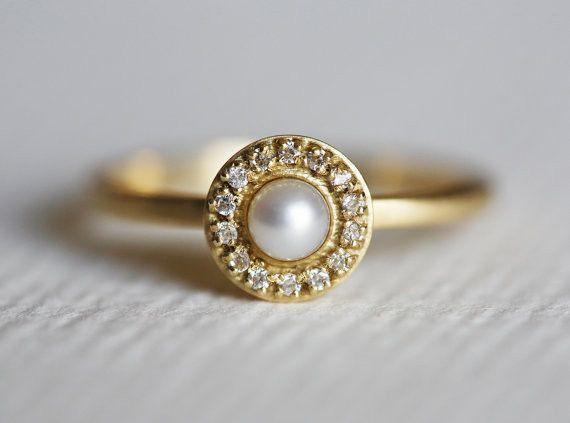 中央にパールを、その周りに14個のダイヤモンドをパヴェ風(石畳という意味があります)に敷き詰めたリングです。とても華やかなでエレガントなリングです。エンゲージ...|ハンドメイド、手作り、手仕事品の通販・販売・購入ならCreema。